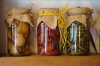 Europe/France/Aquitaine/64/Pyrénées-Atlantiques/Bidart:Bocaux de légumes et piments d'Espelette au Moullin de Bassilour