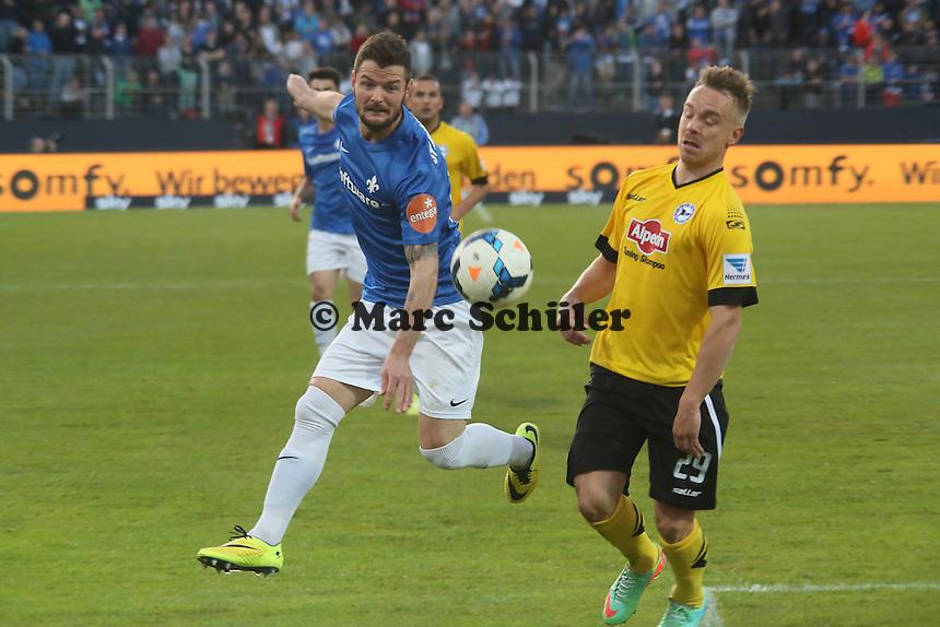Marcel heller (SV98) gegen Arne Feick (Bielefeld)  - SV Darmstadt 98 vs. Armina Bielefeld, Stadion am Böllenfalltor