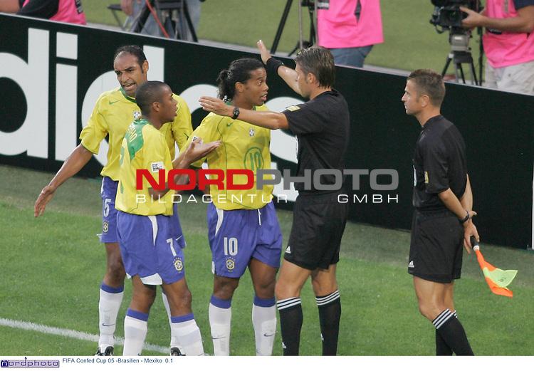 FIFA Confederations Cup 2005<br /> <br /> Brasilien - Mexiko 0:1<br /> <br /> Die Brasilianer Emerson, Robinho und Ronaldinho diskutieren mit Schiedsrichter Roberto Rosetti aus Italien, nachdem Linienrichter Alessandro Griselli beim der zweiten Wiederholung eines Elfmeters fuer Mexiko eine zu fruehe Bewegung gesehen hat. <br /> <br /> <br /> Foto &copy; nordphoto <br /> <br /> <br /> <br />  *** Local Caption *** Foto ist honorarpflichtig! zzgl. gesetzl. MwSt.<br />  Belegexemplar erforderlich<br /> Adresse: nordphoto<br /> Georg-Reinke-Strasse 1<br /> 49377 Vechta