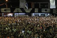 SÃO PAULO, SP, 19.11.2015 - TORCIDA-CORINTHIANS - Torcedores do Corinthians assistem o jogo Vasco x Corinthians válido pela 35ª rodada do Campeonato Brasileiro, na quadra da escola de samba Gaviões da Fiel, no bairro do Bom Retiro na região norte da cidade de São Paulo na noite desta quinta-feira, 19. (Foto: Marcos Moraes / Brazil Photo Press)