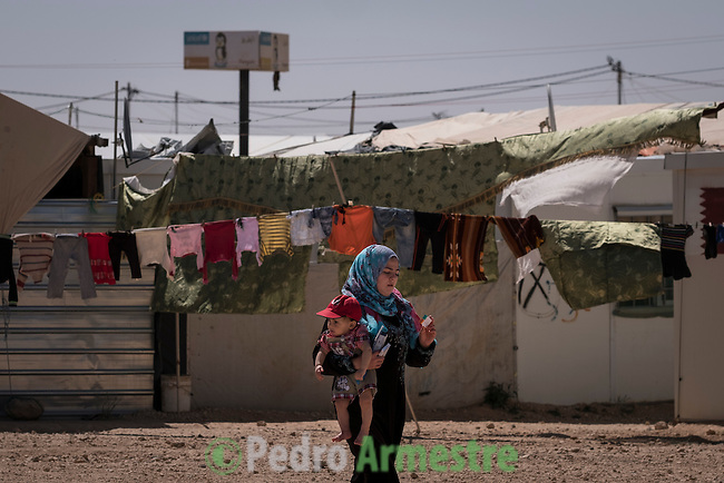 2016/04/19. Jordania Zaatari.<br />  M&aacute;s de 86.000 refugiados sirios viven en el campo de Zaatari, en Jordania. De ellos, el 60% son ni&ntilde;os. Las familias esperan poder regresar a Siria cuando termine la guerra. Save the Children trabaja en Zaatari apoyando a las familias con servicio de guarder&iacute;a y refuerzo educativo para los ni&ntilde;os hasta 12 a&ntilde;os. La organizaci&oacute;n tambi&eacute;n reparte alimentos y atiende a los refugiados sirios que viven fuera de Zaatari, en ciudades como Amman. &copy; Pedro Armestre/ Save the Children Handout. No ventas -No Archivos - Uso editorial solamente - Uso libre solamente para 14 d&iacute;as despu&eacute;s de liberaci&oacute;n. Foto proporcionada por SAVE THE CHILDREN, uso solamente para ilustrar noticias o comentarios sobre los hechos o eventos representados en esta imagen.<br /> <br /> 2016/04/19. Jordania Zaatari.<br />  More tan 86.000 Syrian refugees live in the Zaatari camp, in Jordan. Of these, 60% are children. The families hope to return to Syria after the war. Save the Children works in Zaatari supporting families with childcare and educational support for children. The organization also distributes food and works with the families outside Zaatari, in cities like Amman. &copy; Pedro Armestre/ Save the Children Handout - No sales - No Archives - Editorial Use Only - Free use only for 14 days after release. Photo provided by SAVE THE CHILDREN, distributed handout photo to be used only to illustrate news reporting or commentary on the facts or events depicted in this image.