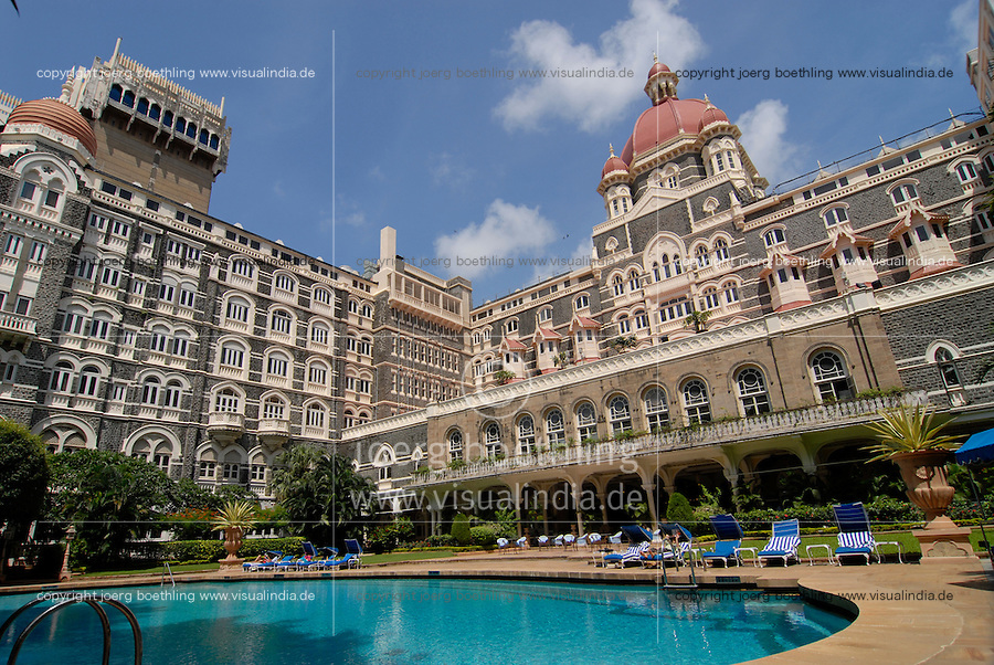 INDIA Mumbai , swimming pool of Five Star Hotel Taj Mahal of TATA Group / INDIEN, Mumbai, 5 Sterne Hotel Taj Mahal Hotel der zum TATA Konzern gehoerenden Taj Hotels Group , gebaut 1903 in Moorish Oriental and Florentine styles
