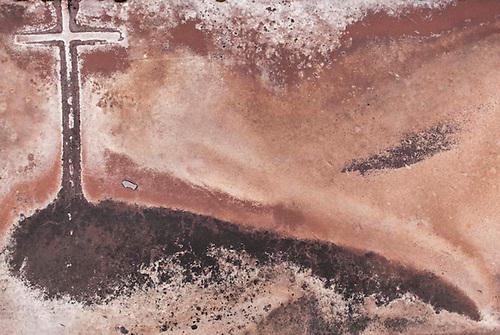 Taranto, Italie, Jan 2010. Cimetière du quartier de Tamburi. Tarente est la ville la plus polluée par émissions industrielles en Europe. A Tarente, chacun des 210 000 habitants respire chaque année 2,7 tonnes de monoxyde de carbone et 57,7 tonnes de dioxydes de carbones. Le quartier ouvrier de Tamburi, tout proche de la zone industrielle souffre très directement de la pollution industrielle.  Image issue de la Serie La Poussiere Rouge.
