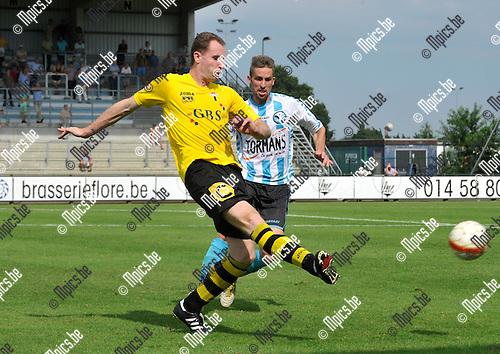 2012-08-15 / voetbal / seizoen 2012-2013 / Verbroedering Geel-Meerhout - Berchem Sport / Michael Dierickx (l) (Berchem) trapt een pass voordat Mauricio Vitali Filho (r) (VGM) kan ingrijpen.