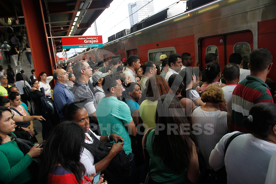 SAO PAULO, SP, 21.05.2014 - Segundo dia de greve dos motoristas e cobradores de onibus, a greve deixa a estação da CPTM em Pinheiros lotada de passageiros na tarde desta quarta-feira (21) em Sao Paulo.  (Foto: Amauri Nehn / Brazil Proto Press).