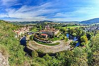France, Haute-Loire (43), Lavoûte-Chilhac et le prieuré Sainte-Croix dans la boucle de l'Allier // France, Haute Loire, Lavoute Chilhac, the village and the Priory Sainte Croix in the bend of the Allier river