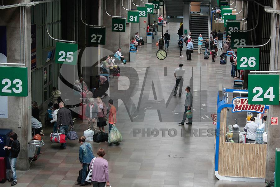 SÃO PAULO,SP, 30.04.2015 - FERIADO-SP - Movimentação de passageiros na rodoviária do Tietê na manhã desta quinta-feira, (30). Véspera de feriado do Dia do Trabalho. (Foto: Renato Mendes / Brazil Photo Press).