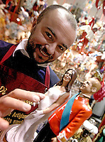 NAPOLI LE STATUINE DEL PRINCIPE WILLIAM E DI SUA MOGLIE KATE INCINTA  FANNO LA COMPARSA NEL PRESEPE DI GENNY DI VIRGILIO , UNOI DEI PIU FAMOSI ARTIGIANI DI SAN GREGORIO ARMENO ..A figurine of Prince William and his pregnant wife Catherine, Duchess of Cambridge seen in Naples in a market shop.