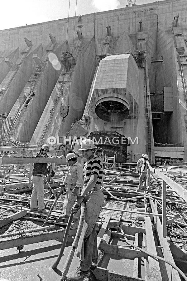 Obra da construção da usina hidreletrica Itaipu, Foz do Iguaçu. Parana. 1981. Foto de Juca Martins.