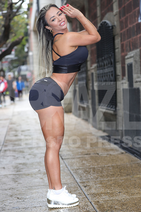 CIDADE DO MÉXICO, MEXICO, 29.09.2019 - MISS-BUMBUM - Sheyla Mell - México candidata do Miss Bumbum World possa para foto durante passeata com a bandeira do concurso e balões verde em protesto a favor do reflorestamento na Amazônia na região central da Cidade do México capital mexicana neste domingo, 29, As candidatas estão na cidade para participar da final do concurso Miss Bumbum World que acontece amanhã 30 de setembro em uma casa de eventos da Cidade do México A campeã vai faturar 100 mil dólares em contratos publicitários. (Foto: William Volcov/Brazil Photo Press)