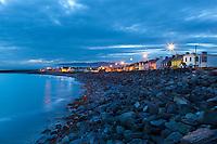 Ireland, County Kerry, Iveragh Peninsula, Waterville: Seafront at dusk | Irland, County Kerry, Iveragh Peninsula, Waterville: bekannter Badeort, Abenddaemmerung