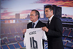 Real Madrid's new soccer player Mateo Kovacic, right, poses with club President Florentino Perez during his official presentation at the Santiago Bernabeu stadium in Madrid, Spain. August 19, 2015. (ALTERPHOTOS/Victor Blanco)