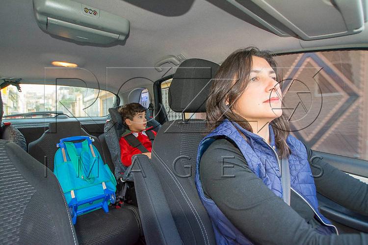 Mãe levando filho para escola de carro, São Paulo - SP, 08/2016.