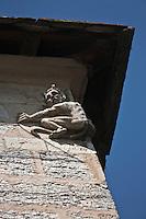 Europe/Europe/France/Midi-Pyrénées/46/Lot/Cahors: Le Pont Valentré - Sculpture à l'effigie de Satan, au coin de la tour centrale, rappelant la légende: Exaspéré par la lenteur des travaux, le maître d'œuvre signe un pacte avec le Diable. Selon les termes de ce contrat, Satan mettra tout son savoir-faire au service de la construction, et s'il exécute tous ses ordres, il lui abandonnera son âme en paiement. Le pont s'élève avec rapidité, les travaux s'achèvent, le contrat arrive à son terme. Pour sauver son âme, car il ne tient pas à finir ses jours en enfer, il demande au diable d'aller chercher de l'eau à la source des Chartreux, pour ses ouvriers, avec un crible.<br /> <br /> Satan revint naturellement bredouille, l'exercice étant impossible, et perdit son marché. Décidé à se venger, le diable vient chaque nuit desceller la dernière pierre de la tour centrale, dite Tour du diable, remise en place la veille par les maçons.<br /> <br /> En 1879, lors de la restauration du pont, l'architecte Paul Gout fait apposer dans l'emplacement vide, une pierre sculptée à l'effigie du démon qui depuis, reste désespérément accroché, les griffes prisonnières du ciment.