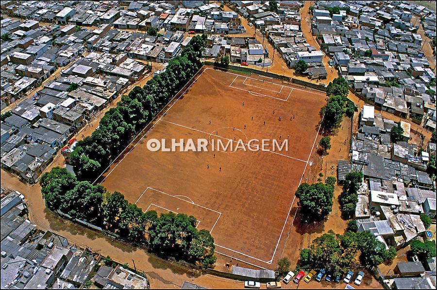 Campo de futebol na favela Heliópolis. São Paulo. 1994. Foto de Juca Martins.