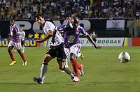ATENÇÃO EDITOR: FOTO EMBARGADA PARA VEÍCULOS INTERNACIONAIS - SÃO PAULO, SP, 20 OUTUBRO DE 2012 - CAMPEONATO BRASILEIRO - CORINTHIANS x BAHIA: Zé Roberto (d) durante partida Corinthians x Bahia,  válida pela 32ª rodada do Campeonato Brasileiro de 2012, em partida disputada no Estádio do Pacaembu em São Paulo. FOTO: LEVI BIANCO - BRAZIL PHOTO PRESS