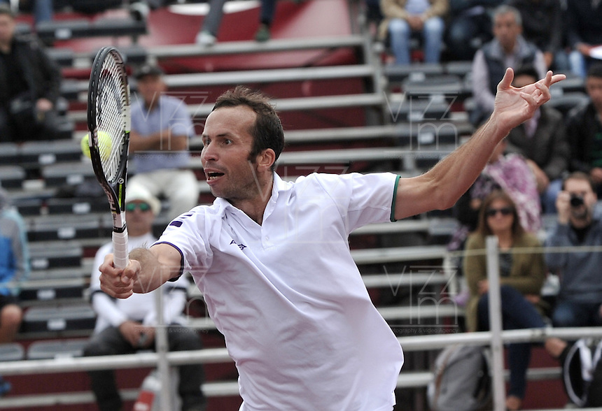 BOGOTA- COLOMBIA 24-07-2015: Radek Stepanek de Republica Checa, devuelve la bola a Ivo Karlovic de Croacia, durante partido del ATP Claro Open Colombia de Tenis en las canchas del Centro de Alto rendimiento en Altura en la ciudad de Bogota. / Radek Stepanek of  Czech Republic returns the ball to Ivo Karlovic of Croatia during a match to the ATP Claro Open Colombia of Tennis in the courts of the High Performance Center in Altura in Bogota City. Photo: VizzorImage / Luis Ramirez / Staff.