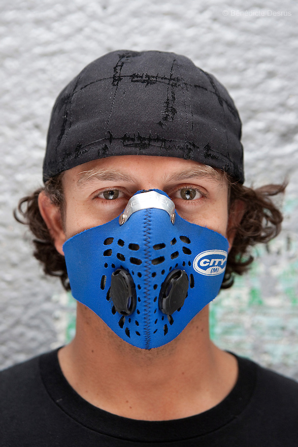 27 April 2009 - Mexico City, Mexico - Residents of the Mexican capital wear surgical masks to protect themselves from the swine Flu. Photo credit: Benedicte Desrus / Sipa Press