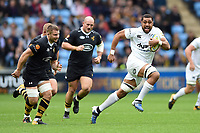 Taulupe Faletau of Bath Rugby goes on the attack. Aviva Premiership match, between Wasps and Bath Rugby on October 1, 2017 at the Ricoh Arena in Coventry, England. Photo by: Patrick Khachfe / Onside Images