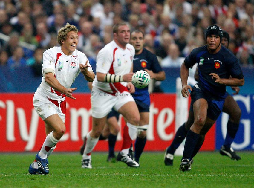 Photo: Richard Lane/Richard Lane Photography..England v France. Semi Final, IRB Rugby World Cup, RWC 2007. 13/10/2007. .England's Jonny Wilkinson passes.