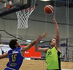 Essens Adrian Lind (Nr.31)  legt den Ball ueber Schwelms E. Gunnar Durham (Nr.15) beim Spiel in der Pro B, ETB Wohnbau Baskets Essen - EN Baskets Schwelm.<br /> <br /> Foto &copy; PIX-Sportfotos *** Foto ist honorarpflichtig! *** Auf Anfrage in hoeherer Qualitaet/Aufloesung. Belegexemplar erbeten. Veroeffentlichung ausschliesslich fuer journalistisch-publizistische Zwecke. For editorial use only.