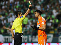 PALMIRA - COLOMBIA, 02-05-2018: Carlos Mario Herrera, árbitro, muestra la tarjeta amarilla a Fernando Monetti arquero del Nacional durante el partido entre el Deportivo Cali y Atlético Nacional por la fecha 14 de la Liga Águila II 2017 jugado en el estadio Palmaseca de Cali. / Carlos Mario Herrera, referee, shows the yellow card to Fernando Monetti goalkeeper of Nacional during the match between Deportivo Cali and Atletico Nacional for the date 14 of the Aguila League II 2017 played at Palmaseca stadium in Cali.  Photo: VizzorImage/ Nelson Rios / Cont