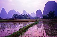 Li Jiang (Li River) near Moon Hill outside Yangshou, Guangxi Province, Southern China