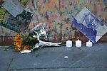 *BRAZIL ONLY* ATENÇÃO EDITOR, FOTO EMBARGADA PARA VEÍCULOS INTERNACIONAIS* wenn33543150    Fãs de David Bowie deixam flores e mensagens no Memorial Bowie Brixton, para relembrar o músico inglês no seu segundo aniversário de morte, neste domingo (7), em Londres. Foto: Wenn/Framephoto