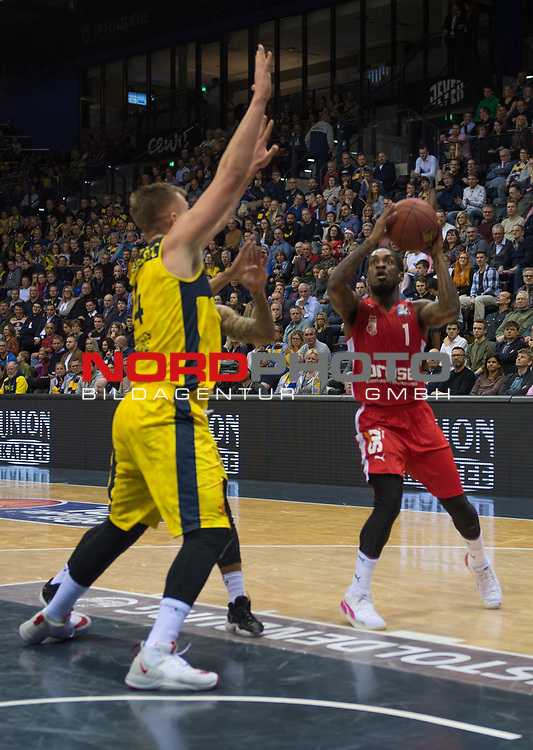 01.12.2019, EWE Arena, Oldenburg, GER, easy Credit-BBL, EWE Baskets Oldenburg vs Brose Bamberg, im Bild<br /> Paris LEE (Brose Bamberg #1 ) Rasid MAHALBASIC (EWE Baskets Oldenburg #24 ) Tyler LARSON (EWE Baskets Oldenburg #55 )<br /> Foto © nordphoto / Rojahn