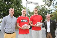 United Volleys Manager Henning Wegter (l.) mit den Spielern Lukas Bauer und Christian Dünnes und gewobau Geschäftsführer Torsten Regenstein (r.) bei der Begrüßung am Böllenseeplatz