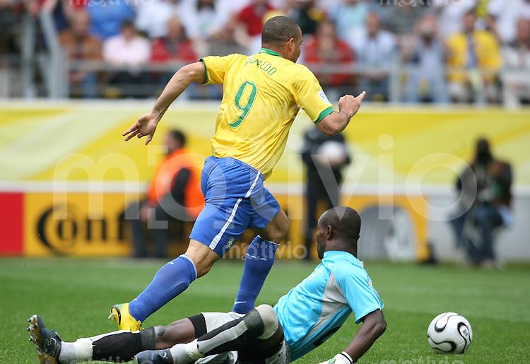 Fussball WM 2006  Achtelfinale Brasilien - Ghana Ronaldo (BRA rechts) erzielt das Tor zum 1:0 gegen Richard Kingston (GHA)