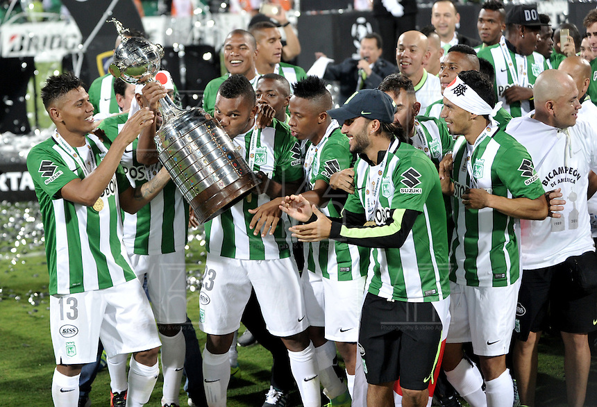 BOGOTA – COLOMBIA: 27-07-2016: Los jugadores de Atletico Nacional de Colombia, celebran con el trofeo como campeones de la Copa Libertadores 2016 al vencer a Independiente del Valle, en el Estadio Atanasio Girardot, de la ciudad de Medellin. / The players of Atletico Nacional of Colombia, celebrate with the trophy as champions of the Copa Bridgestone Libertadores 2016 after beat Independiente del Valle, at Atanasio Girardot Stadium in Medellin city. Photos: VizzorImage / Luis Ramirez / Staff.