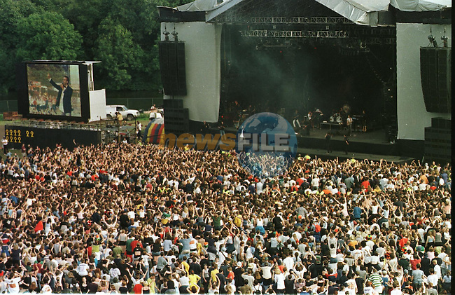Slance Concert 98 Robbie Williams on Stage