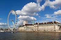 United Kingdom, London: The London Eye and County Hall on South Bank of River Thames | Grossbritannien, England, London: The London Eye und die County Hall am Suedufer der Themse