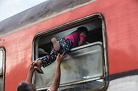 migranti: un bambino fatto entrare sul treno dal finestrino <br />