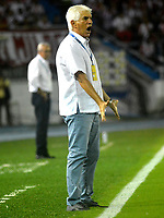 BARRANQUIILLA - COLOMBIA, 21-10-2017: Julio Comesaña técnico del Atlético Junior gesticula durante partido contra Independiente Santa Fe por la fecha 16 de la Liga Águila II 2017 jugado en el estadio Metropolitano Roberto Meléndez de la ciudad de Barranquilla. / Julio Comesaña  coach of Atletico Junior gestures during match against Independiente Santa Fe for the date 16 of the Aguila League II 2017 played at Metropolitano Roberto Melendez stadium in Barranquilla city.  Photo: VizzorImage/ Alfonso Cervantes / Cont