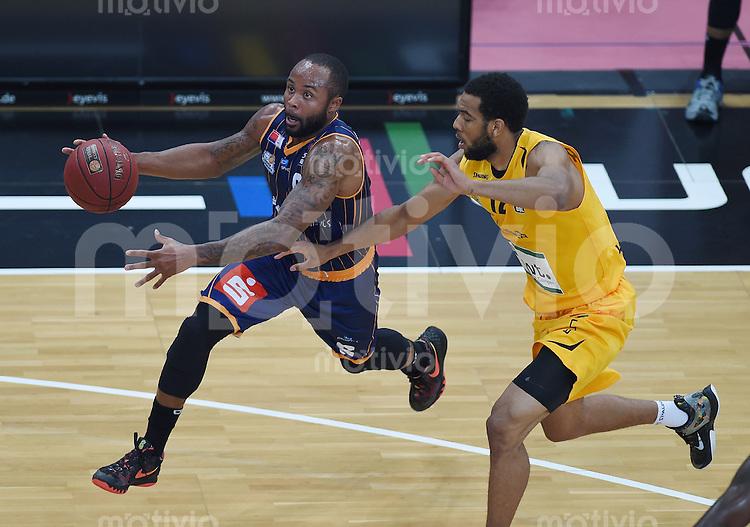 Basketball  1. Bundesliga  2015/2016  Hauptrunde  3. Spieltag  10.10.2015 Walter Tigers Tuebingen - Eisbaeren Bremerhaven Jerry Smith (li, Bremerhaven) gegen Nick Russell (Tigers)