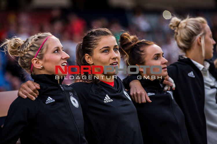 22.07.2017, Koenig Willem II Stadion , Tilburg, NLD, Tilburg, UEFA Women's Euro 2017, Deutschland (GER) vs Italien (ITA), <br /> <br /> im Bild | picture shows<br /> Kathrin Hendrich (Deutschland #3) | (Germany #3), Lisa Weiss (Deutschland #21) | (Germany #21) und Lina Magull (Deutschland #20) | (Germany #20) singen die Hymne, <br /> <br /> Foto © nordphoto / Rauch