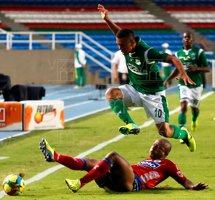 CALI -COLOMBIA-16-11-2013. Carlos Lizarazo (Arriba)del Deportivo Cali disputa el balón con Frank Pacheco (Abajo) del Deportivo Pasto durante partido válido por la fecha 1 de los cuadrangulares de la Liga Postobón II 2013 jugado en el estadio Pascual Guerrero de la ciudad de Cali./ Deportivo Cali player Carlos Lizarazo (Up) fights for the ball with La Deportivo Pasto player Frank Pacheco (Down) during match valid for the 1th date of the quadrangulars of Postobon League II 2013 played at Pascual Guerrero stadium in  Cali city.Photo: VizzorImage/Juan C. Quintero/STR