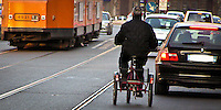 Biciclette in mezzo al traffico per mancanza di piste ciclabili in zona Cadorna a Milano...Bicycles in traffic due to lack of bicycle lanes near Cadorna square in Milan.