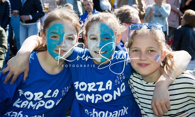 AMSTELVEEN - HOCKEY - Supporters van Kampong , met beschilderde gezichten,   de beslissende halve finalewedstrijd van de Play offs tussen Amsterdam en Kampong (3-1). COPYRIGHT KOEN SUYK