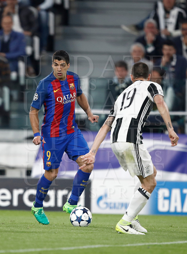 Football Soccer: UEFA Champions UEFA Champions League quarter final first leg Juventus-Barcellona, Juventus stadium, Turin, Italy, April 11, 2017. <br /> Barcellona's Luis Suarez (l) in action with Juventus Leonardo Bonucci (r) during the Uefa Champions League football match between Juventus and Barcelona at the Juventus stadium, on April 11 ,2017.<br /> UPDATE IMAGES PRESS/Isabella Bonotto