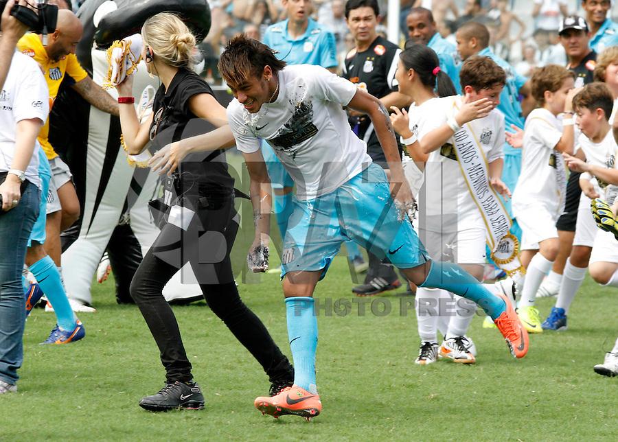 SANTOS,SP,14 ABRIL 2012 -  N&Oacute;S CONTRA O RAPA<br /> Neymar jogador do Santos durante partida festiva contra  crian&ccedil;as torcedoras na manh&atilde; de oje na Vila Belmiro em comemora&ccedil;&atilde;o ao centenario do clube. FOTO ALE VIANNA - BRAZIL FOTO PRESS.