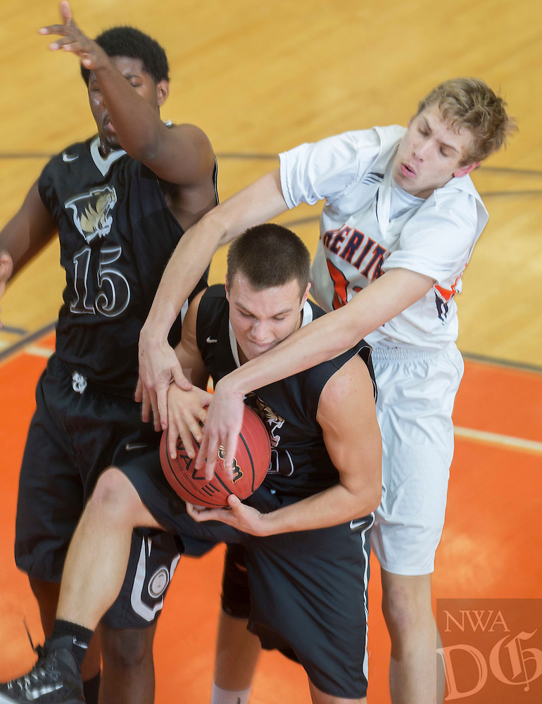 NWA Democrat-Gazette/JASON IVESTER --01/27/2015--<br /> Rogers Heritage vs Bentonville basketball