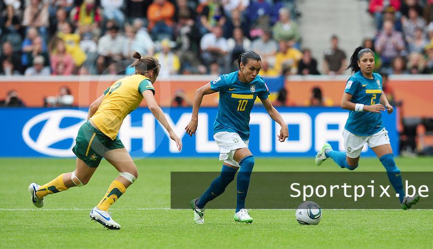 Fifa Women's World Cup Germany 2011 : Brazil - Australia  at Borussia - Park in Munchengladbach : Marta aan de bal voor Caitlin Foord.foto DAVID CATRY / Vrouwenteam.be