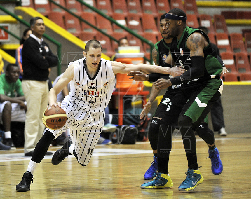 BOGOTA - COLOMBIA: 14-03-2014: John Irwin (Izq.) jugador de Piratas de Bogota, disputa el balón con Kevin Ford (Der.) jugador de Las Aguilas de Tunja, durante partido de la segunda fecha de la Liga Directv Profesional de Baloncesto I en partido jugado en el Coliseo Cayetano Cañizares de la ciudad de Bogota. / John Irwin (L) player of Piratas of Bogota fights for the ball con Kevin Ford (R) player of Las Aguilas de Tunja, during a match for the second date of the semifinals of la Liga Directv Profesional de Baloncesto I, game at the Cayetano Cañizares Coliseum in Bogota City. Photo: VizzorImage / Luis Ramirez / Staff.