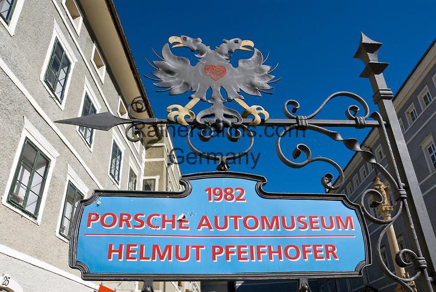 Oesterreich, Kaernten, Kuenstlerstadt Gmuend im Liesertal: Altstadt, Hinweisschild zum Porsche-Museum   Austria, Carinthia, artist town Gmuend at Lieser Valley: old town, sign for Porsche museum