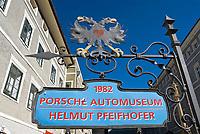 Oesterreich, Kaernten, Kuenstlerstadt Gmuend im Liesertal: Altstadt, Hinweisschild zum Porsche-Museum | Austria, Carinthia, artist town Gmuend at Lieser Valley: old town, sign for Porsche museum