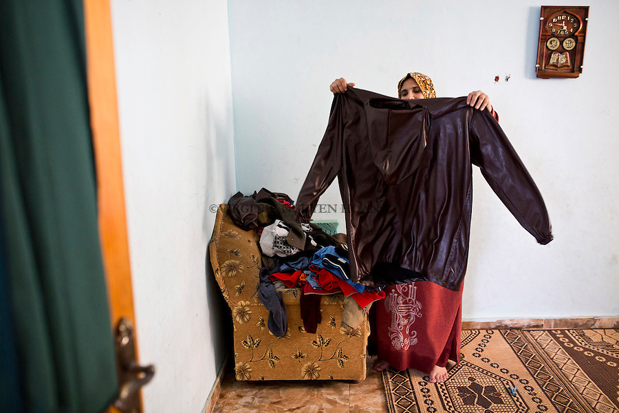 Gaza, Beach Camp: Majed's wife is preparing his clothes for the night of work. <br /> <br /> Gaza, Beach Camp: la femme de Majed lui pr&eacute;pare ses v&ecirc;tements pour aller p&ecirc;cher.