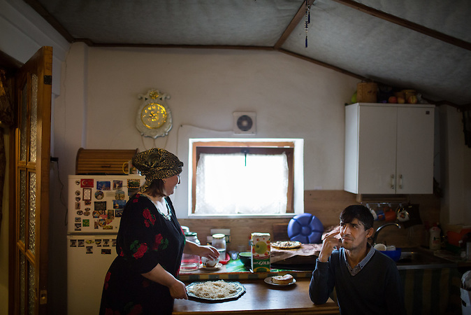 Die Familie Musafirov lebt und arbeitet auf dem Bauernhof einer russischen Familie. / A family of Tajik migrant workers (Said Musafirov (R) and his wife Rukiya Gurgova) is pictured in a house when they live in the village of Dubtsy outside Moscow. Musafirov's family lives and works at a private farm belonged to Russian family.